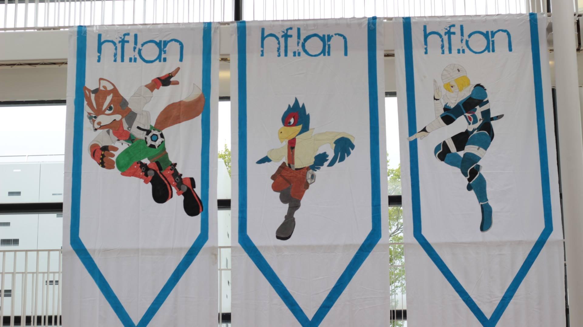 Les bannières de personnages, étendues dans la venue lors de la HFLAN Melee Edition 2017