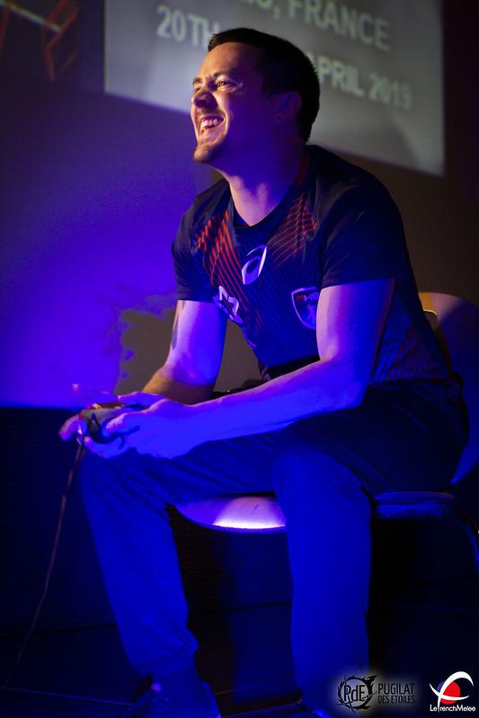 JiM souriant sur scène
